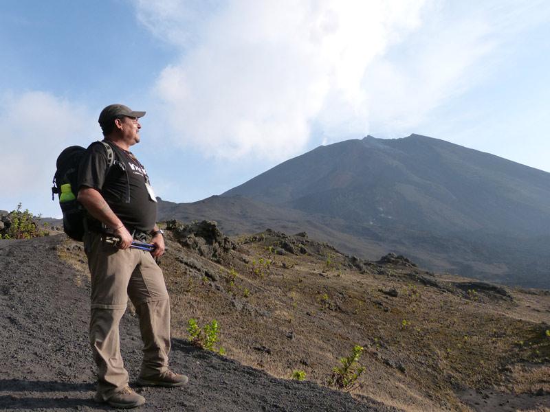 climb-pacaya-volcano-sunny-day